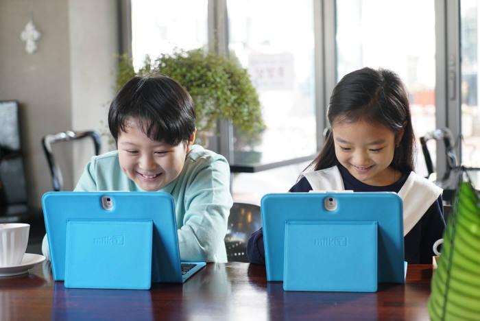 초등학생이 밀크T 스마트기기를 이용해 학습하고 있다. 천재교육 제공