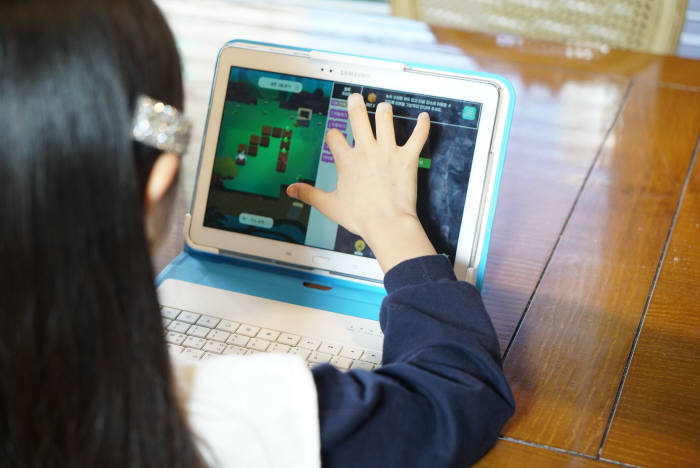 학생이 밀크T 프로그램을 실행해 블록형 코딩 학습을 하고있다. 천재교육 제공