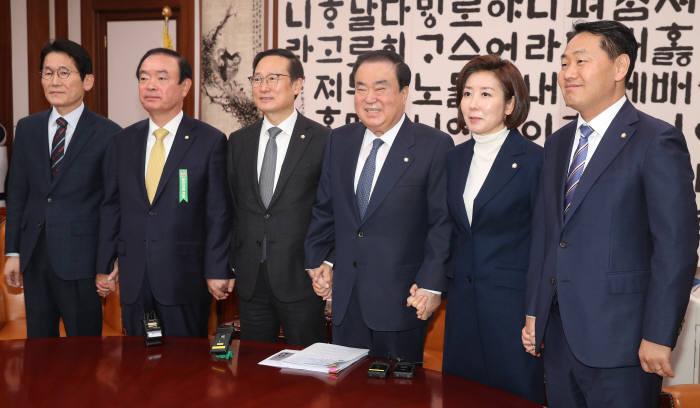 국회 원내대표 회동. 22일 자유한국당을 제외한 여야4당이 패스트트랙 합의안을 전격 도출했다.