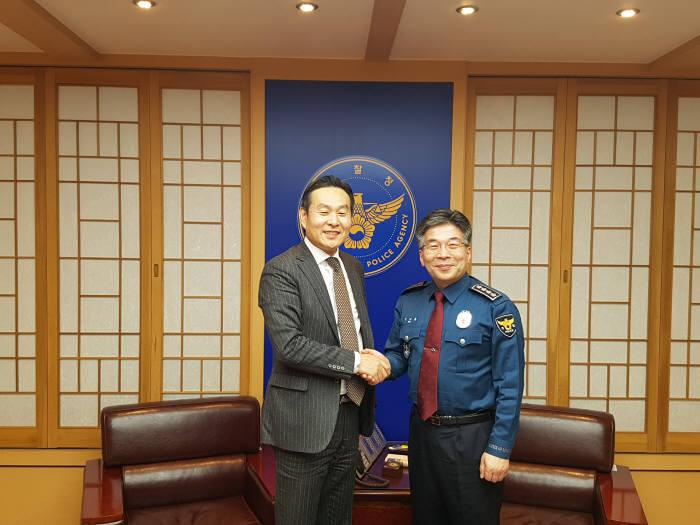 김용식 한국첨단안전산업협회 회장(왼쪽)이 민갑룡 경찰청장(오른쪽)과 치안산업진흥을 위한 뜻을 함께했다.