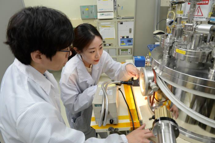 홍성훈 ETRI 선임연구원(사진 왼쪽)과 김수정 고려대 박사과정(오른쪽)이 메타물질 박막두께를 조절하는 모습.