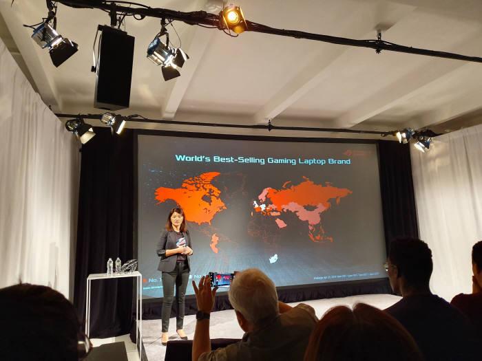 비비안 리안 에이수스 글로벌 마케팅 헤드가 제품을 소개하고 있다. 이영호기자youngtiger@etnews.com