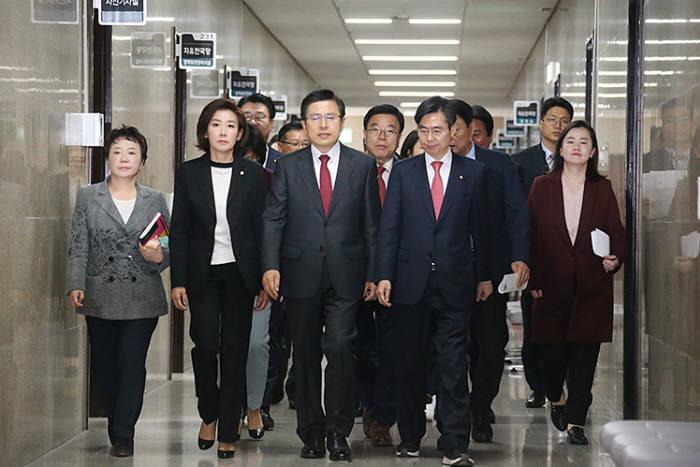 """자유한국당 """"오신환 사보임 허가 안 돼""""…국회의장실 점거"""