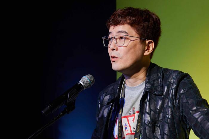 김동건 넥슨 데브캣스튜디오 총괄 프로듀서가 NDC2019에서 기조 강연을 하고 있다. 사진=넥슨