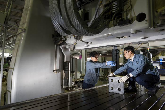 기계거래소 전문 인력이 거래를 앞둔 중고기계를 수리하고 있다. (사진=한국기계거래소)