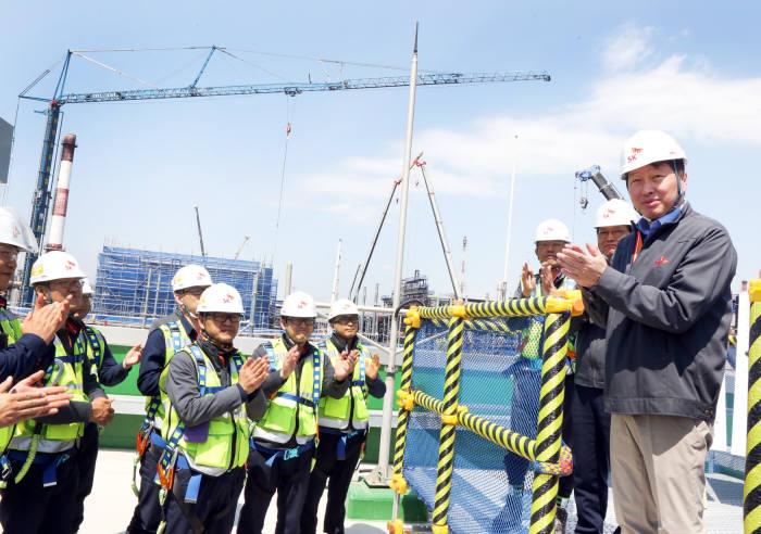 최태원 SK그룹 회장(오른쪽 첫 번째)이 지난 17일 SK에너지 울산CLX VRDS 신설 현장을 방문해 구성원들을 격려하고 안전시공을 당부하고 있다. (사진=SK이노베이션)