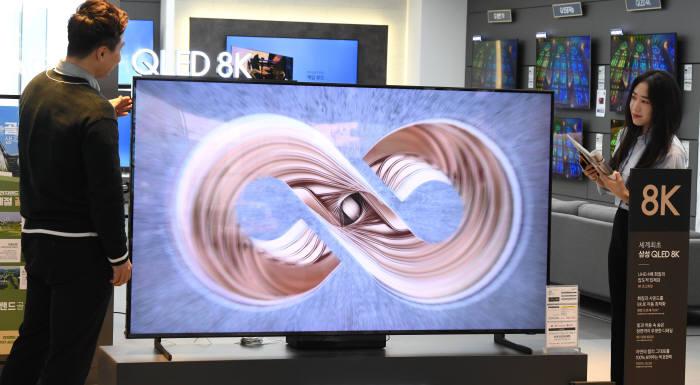 [사진 설명] 서울 용산 전자상가에서 8K TV를 살펴보는 소비자. 사진=김동욱기자 gphoto@etnews.com