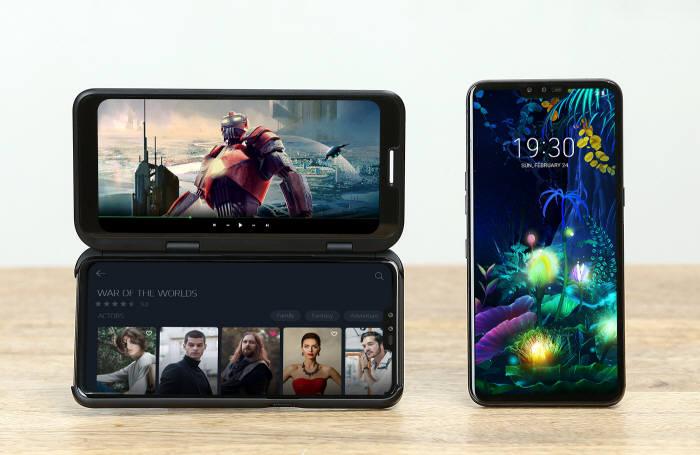 LG 듀얼 스크린에 장착한 LG V50 씽큐 모습(왼쪽)과 탈착 상태의 LG V50 씽큐 모습 [사진=LG전자]
