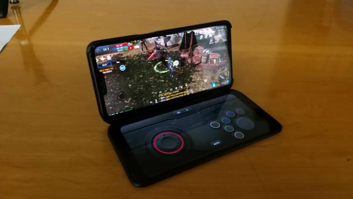LG 듀얼 스크린에서 게임 패드를 연동해 리니지2 레볼루션을 플레이 하고 있다.