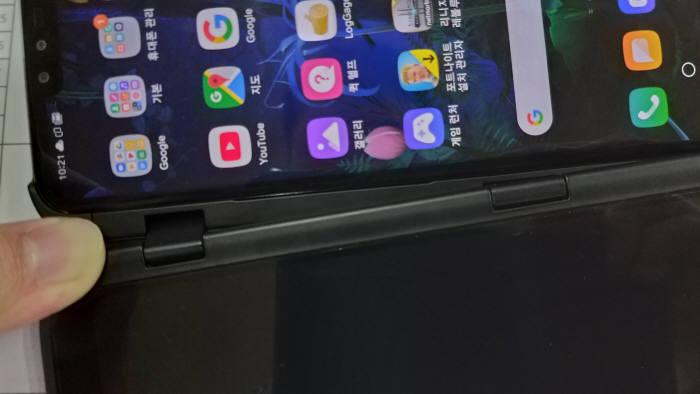 LG 듀얼 스크린의 유연한 경첩 구조는 무척 견고해 보인다.