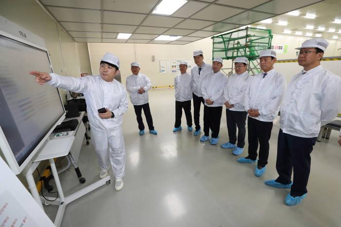 MOU 체결 후 관계자들이 신성이엔지 공장을 견학하고 있다.