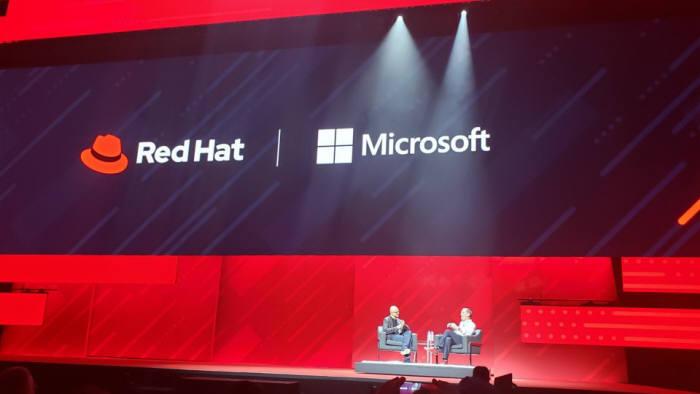7일(현지시간) 미국 보스턴에서 열린 레드햇 서밋 2019에서 레드햇은 마이크로소프트(MS)와 하이브리드 클라우드 시장에서 협력한다고 발표했다. 짐 화이트허스트 레드햇 최고경영자(CEO, 오른쪽)와 사티아 나델라 MS CEO가 함께 협력 내용을 발표하고 있다. 레드햇 제공
