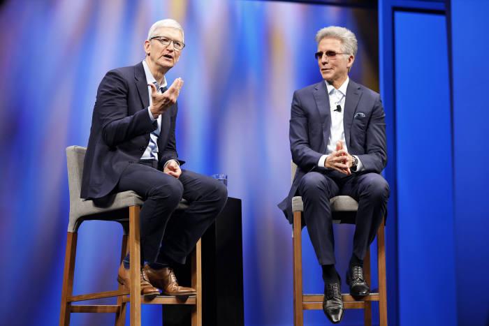 팀 쿡 애플 CEO(왼쪽)와 빌 맥더멋 SAP CEO가 7일(현지시간) 미국 올랜도에서 열린 SAP 사파이어나우 2019에서 대담을 나누고 있다. SAP 제공