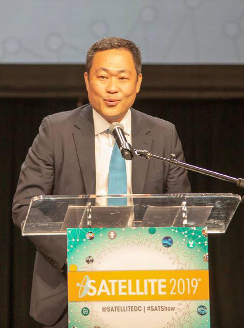 성상엽 인텔리안테크놀로지스 대표가 세계 유수 위성 콘퍼런스 새틀라이트2019에서 2018 올해의 위성기술상을 수상하고 소감을 밝히고 있다.