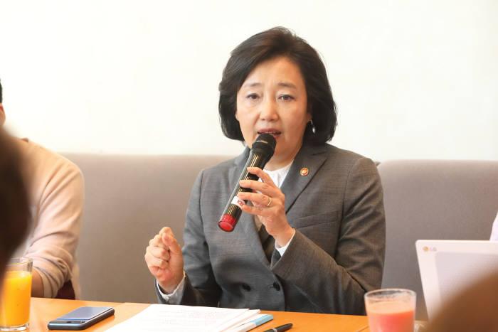 중소벤처기업부 박영선 장관이 9일 서울 여의도 중소기업중앙회에서 취임 한달을 맞아 기자들과 간담회를 하고 있다.