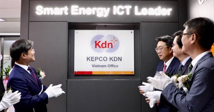 한전KDN)은 8일 베트남 하노이시 참빛타워 한전KDN 베트남지사에서 대표사무소를 개소하고 현판식을 가졌다.