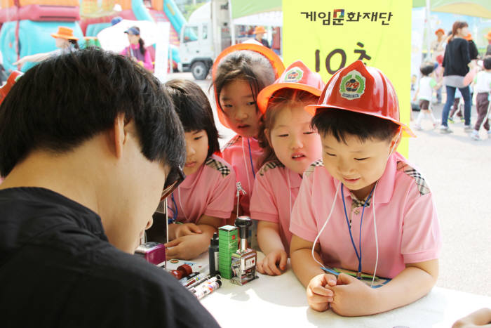 게임문화재단이 세이프서울 한마당에 참여해 어린이와 학부모를 대상으로 건강한 게임이용문화를 알리고 있다. 사진=전자신문 DB