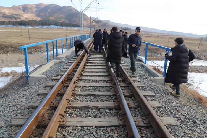 남북공동철도조사단이 노후화된 북한 철도를 살피는 모습