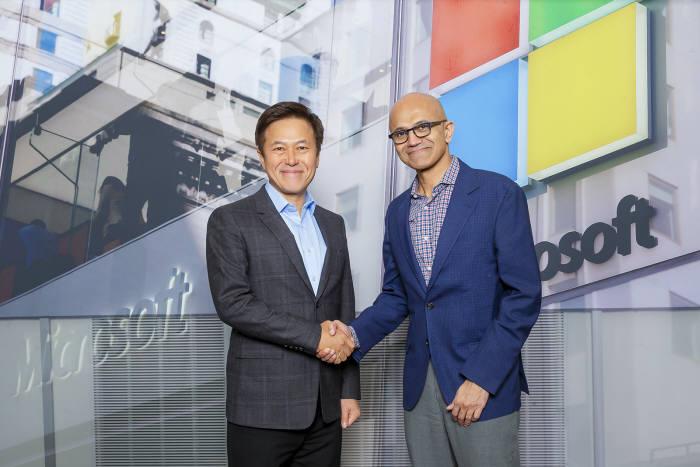 최근 만난 사티아 나델라 마이크로소프트(MS) CEO(왼쪽)와 박정호 SK텔레콤 사장이 사진촬영을 하고 있다. MS 제공