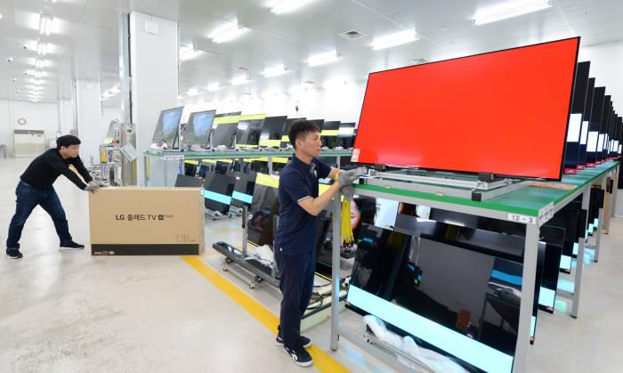 LG전자 직원이 구미사업장 내 신뢰성시험실에서 포장된 상태의 올레드 TV를 다시 뜯어 품질 테스트를 진행하고 있다. 사진=LG전자 제공