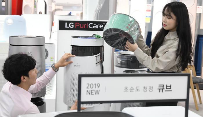 서울 롯데하이마트 대치점에서 고객이 다양한 종류의 프리미엄 공기청정기를 보고 있다.<전자신문 DB>