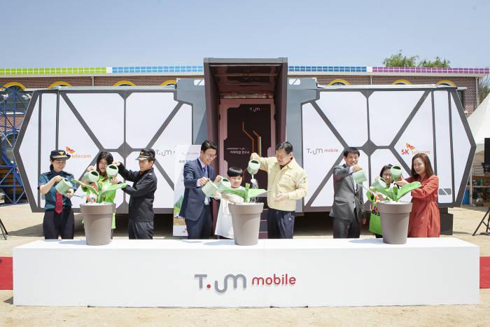 송광현 SK텔레콤 PR2실장(왼쪽 4번째)과 이경일 강원도 고성 군수 (6번째) 등 주요 관계자가 16일 인흥초등학교 에서 티움(T.um) 모바일 개관 기념 ICT 새싹 틔움(T.um) 세리모니에 참석했다.