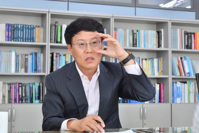 """[데스크가 만났습니다]박재근 반도체디스플레이기술학회장 """"한국을 글로벌 반도체 허브로"""""""