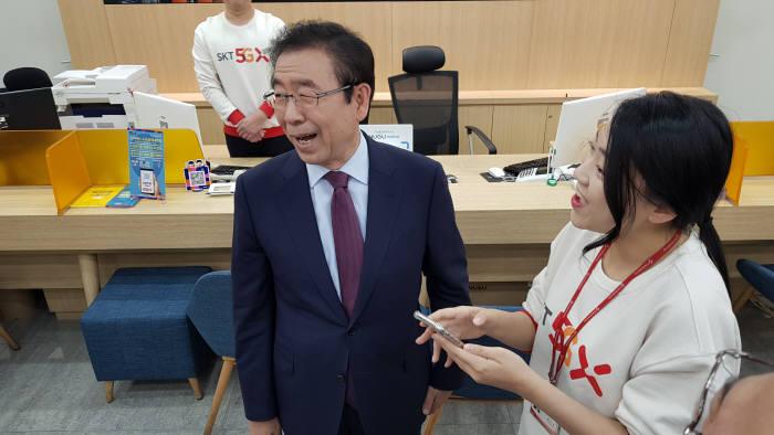 박원순 서울시장이 이통사 대리점 직원으로부터 제로페이 활용 방법을 안내 받았다.