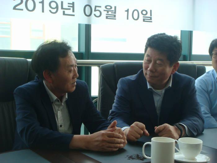 유학현 부산로봇사업협동조합 이사장(왼쪽)과 박재호 의원이 로봇협동화단지 조성사업 성공 방안을 논의하고 있다.