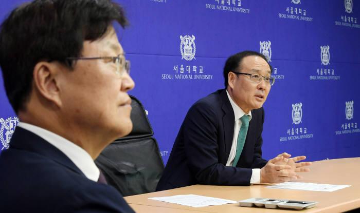오세정 서울대 총장(오른쪽)과 최양희 위원장 사진=이동근 기자