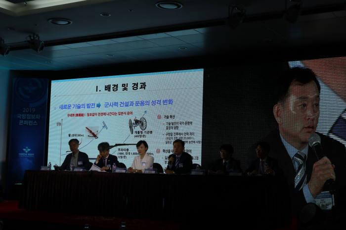 권혁진 국방부 정보화기획관(왼쪽 네번째·화면)이 패널토론에 앞서 국방정보화 혁신방안에 대해 발제하고 있다. 박종진기자 truth@