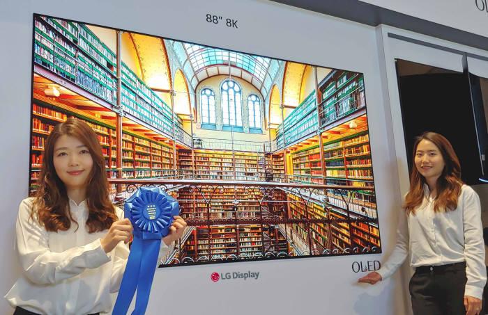 SID 디스플레이위크 2019에서 LG디스플레이 88인치 8K OLED가 최고상인 Peoples Choice 어워드(디스플레이 부문)를 수상했다. (사진=LG디스플레이)