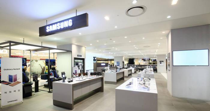 삼성전자는 롯데백화점 광복점에 국내 백화점 가전 매장 중 최대규모인 삼성디지털프라자 프리미엄 스토어를 구축했다.
