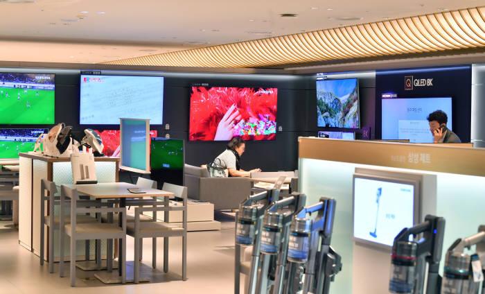 삼성전자가 백화점에 입점한 디지털스토어 매장을 프리미엄 매장으로 바꿨다. 매장 공간을 확대해 여유 있는 제품 진열과 고객 체험 및 구매 상담에 편의를 제공하기 위한 것이다. 박지호기자 jihopress@etnews.com