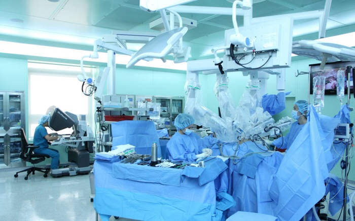 국내 대형병원 의료진이 4세대 다빈치 Xi 로봇수술기를 이용해 환자를 수술하고 있다.