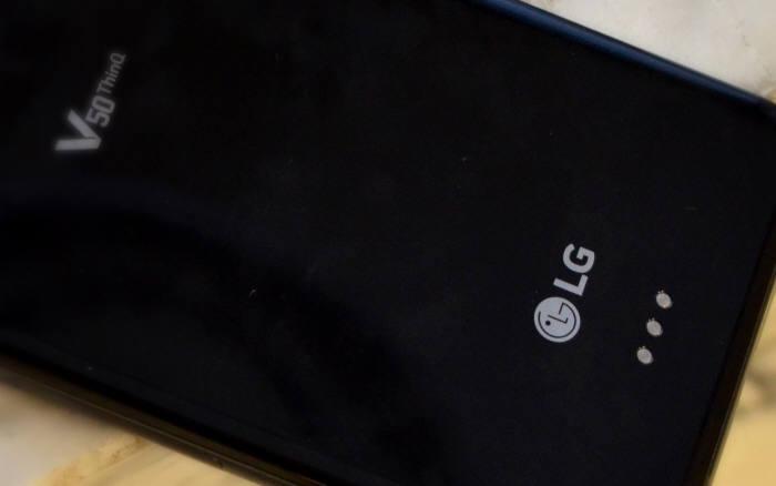 LG V50 씽큐 후면 하단의 포고핀 연결단자