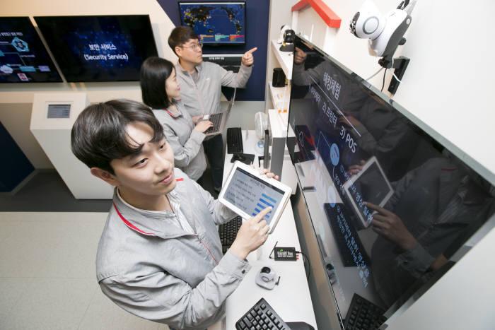 KT가 5세대(5G)이동통신 시대에 활용되는 사물인터넷(IoT) 단말 보안 강화를 위해 융합보안실증센터를 개소했다. KT직원이 보안 검증을 진행하고 있다.