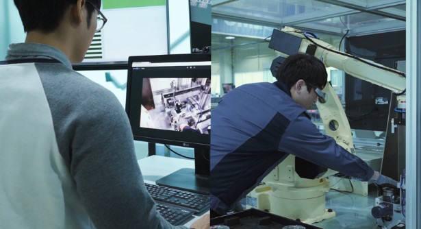 버넥트가 개발한 AR 원격지원 솔루션 버넥트 리모트를 시연하는 모습.