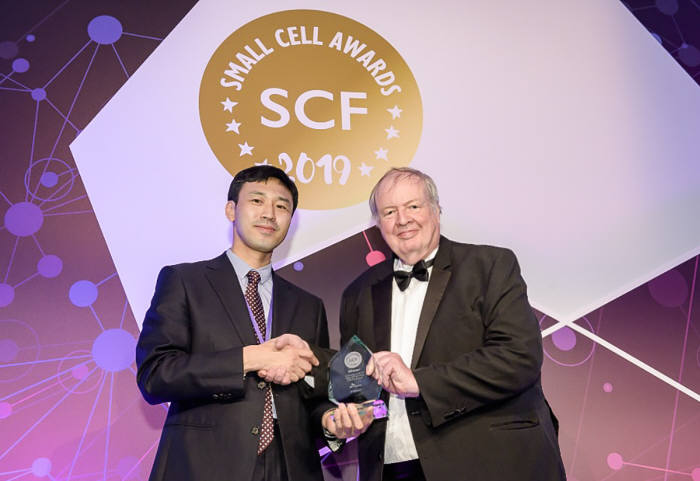 SK텔레콤이 영국 런던에서 열린 스몰셀 어워드 2019에서 5세대(5G)이동통신 인빌딩 솔루션 상용화 기술로 스몰셀 설계 및 기술 상용화 부문에서 수상했다. SK텔레콤 직원(왼쪽)이 스몰셀 어워즈 심사위원으로부터 상을 받고 있다.