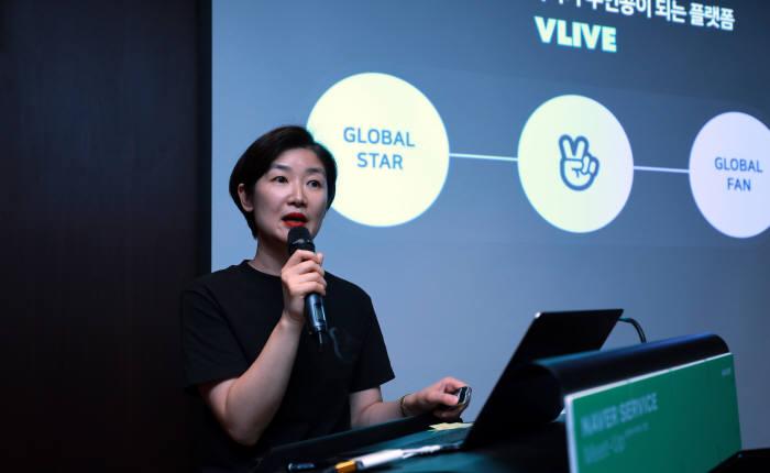 네이버가 브이라이브와 팬쉽을 기반으로 글로벌 동영상, 팬커뮤니티 사업 강화에 나선다. 23일 명동에서 열린 기자간담회에서 박선영 네이버 브이 CIC 공동대표가 질문에 답하고 있다.