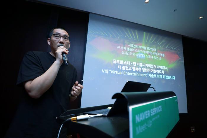 네이버가 브이라이브와 팬쉽을 기반으로 글로벌 동영상, 팬커뮤니티 사업 강화에 나선다. 23일 명동에서 열린 기자간담회에서 장준기 네이버 브이 CIC 공동대표가 질문에 답하고 있다.