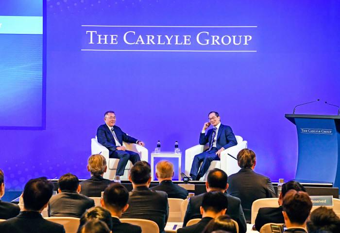 정의선 수석부회장(사진 좌측)과 칼라일 그룹 이규성 공동대표가 대담을 나누고 있는 모습. (제공=현대차그룹)