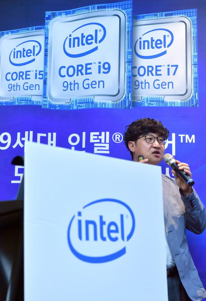 최원혁 인텔코리아 상무가 9세대 인텔 코어 모바일 프로세서에 대한 발표를 하고 있다. 박지호기자 jihopress@etnews.com