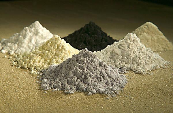 맨뒷줄 가운데 부터 시계방향으로 프라세오디뮴, 세륨, 란탄, 네오디뮴, 사마륨, 가돌리늄.