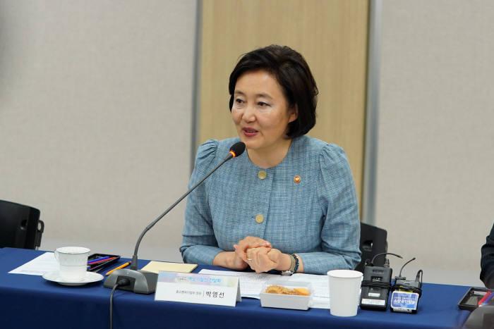 박영선 장관이 24일 여성기업인과의 간담회에서 인사말을 하고 있다.