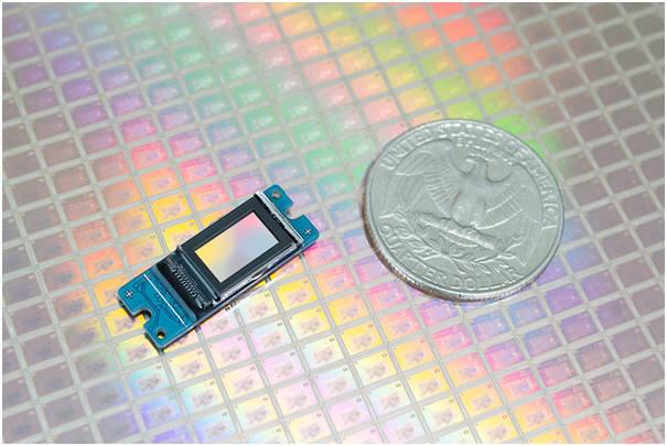 라온텍의 RDP370F 마이크로디스플레이 패널 실물은 25센트 동전 크기와 비교해 매우 작다. (사진=라온텍)