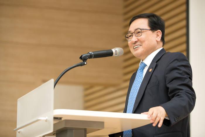 유영민 과학기술정보통신부 장관이 한국화학연구원에서 열린 공공기관 R&R 성과공유회의에서 인사말을 하는 모습.
