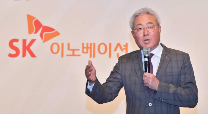 SK이노베이션은 27일 서울 종로구 포시즌스 호텔에서 기자간담회를 열었다. 김준 SK이노베이션 사장은 성장 전략과 함께 2025년까지 배터리 사업 부문의 글로벌 3위 진출을 목표로 밝혔다. 박지호기자 jihopress@etnews.com