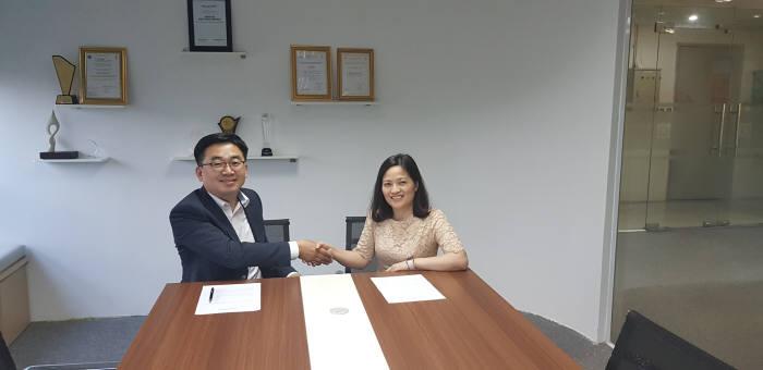 조영득 씨와이 대표(왼쪽)와 탄 반 당 사비컴 대표가 한.베트남간 SW 수출 활성화를 위해 전략적 협력관계를 맺었다.