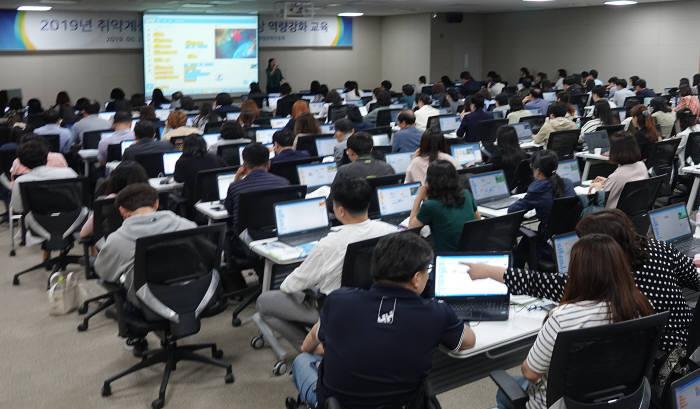 한국정보화진흥원(NIA)이 28일 정부세종컨벤션센터에서 취약계층 정보화 강사 400여명을 대상으로 보수교육을 열고 있다. NIA 제공